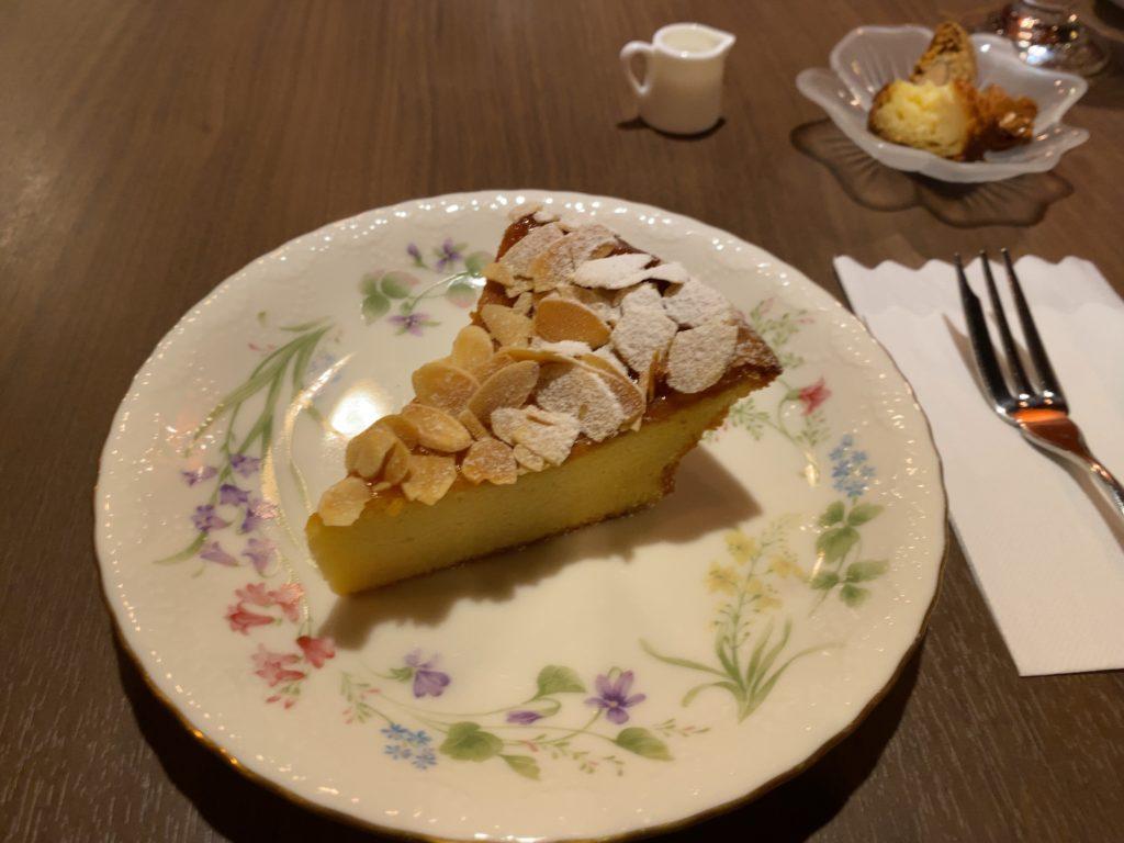【善光寺周辺】高級クラブをリノベした喫茶店「ラランスルール」で読書しながらお茶とケーキを楽しみました。