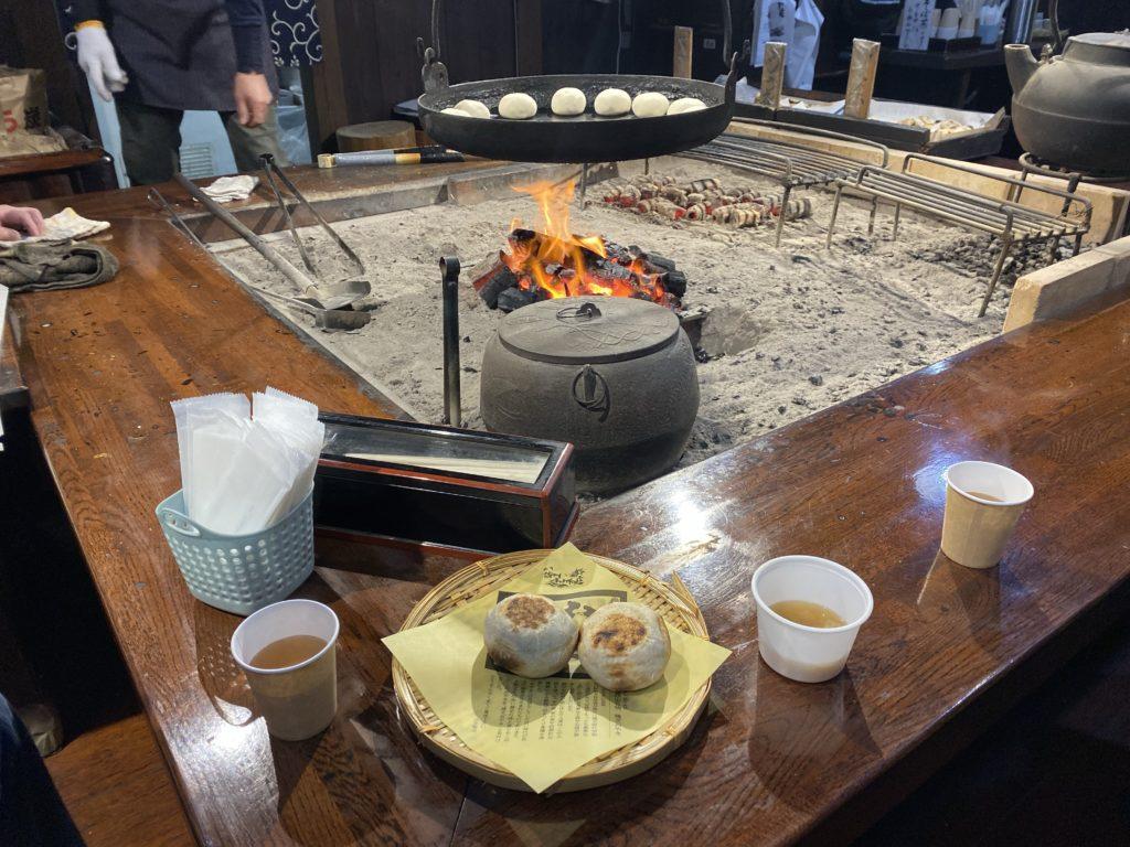 【善光寺周辺】「小川の庄」で目の前の囲炉裏で焼く熱々な「おやき」を頂きました!
